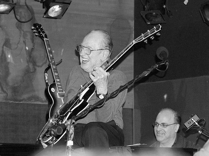 799px-les_paul_laughing.jpg